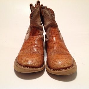 Ariat Shoes - Ariat Girls Boots Lizard embossed Size 4 Rough :(